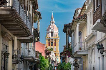 Schmale und bunte Straße mit Kirchturm in Cartagena, Kolumbien von