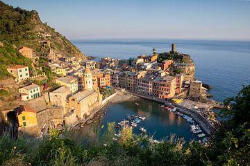 Vernazza tijdens zonsondergang, Cinque Terre, Italië van Jeroen van Rooijen