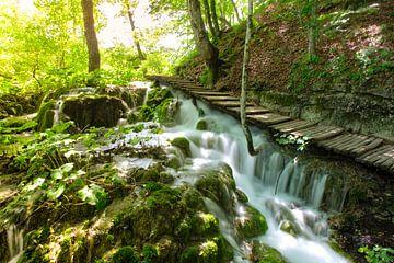 Wandelpad langs een waterval Plitvice van Kevin Baarda