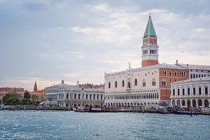 Wolken über dem Dogenpalast in Venedig von Arja Schrijver Fotografie