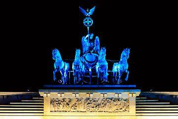 Blau beleuchtete Quadriga auf dem Brandenburger Tor von Frank Herrmann