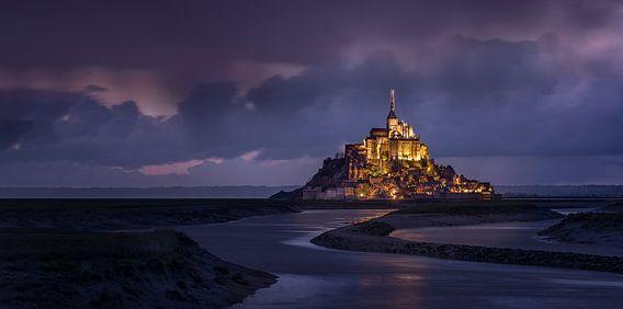 Mont Saint Michel in avond verlichting