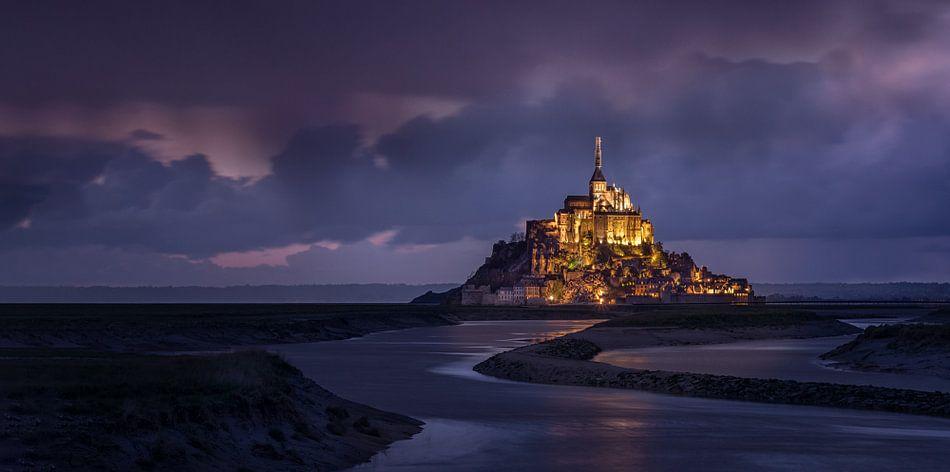 Mont Saint Michel in avond verlichting van Toon van den Einde