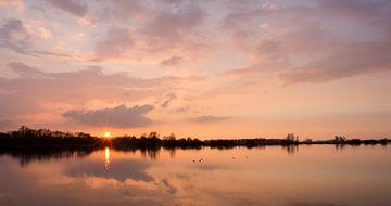 Zonsondergang Nedereindseplas. Sunset Lake Nedereindse von Helma de With