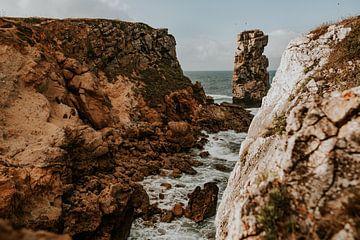 Rotsen in de zee | Natuurfotografie in Peniche Portugal van FotoMariek