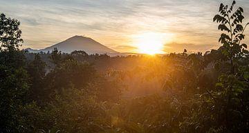 Zonsopkomst panorama met Vulkaan Gunung Agung van Ellis Peeters