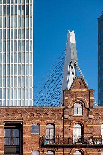 Foto van een pakhuis, De Rotterdam & Erasmusbrug van Mark De Rooij