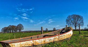 Wunderschönes Standbild eines alten Ruderbootes am Cuijksesteeg, Mook, Nord-Limburg. von Jeroen Hoogakker