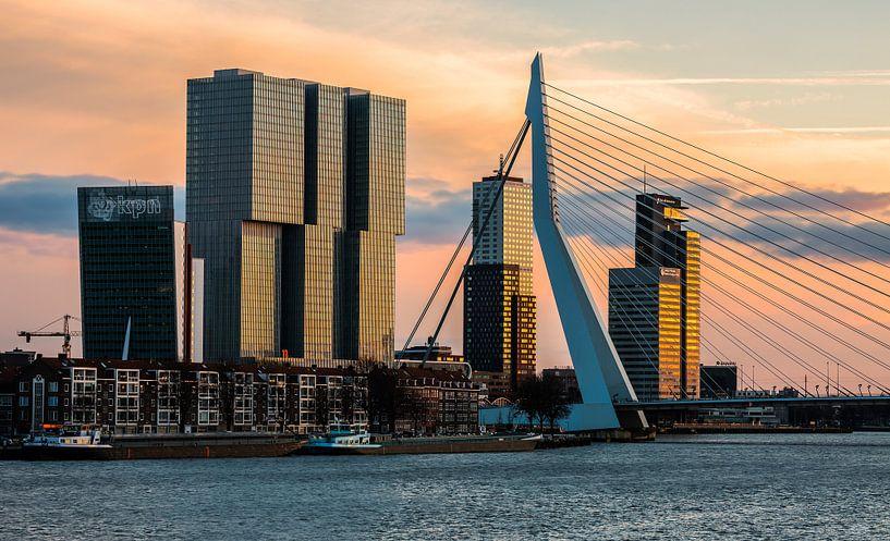 De Rotterdam en Erasmusbrug in Rotterdam in het laatste avondlicht van MS Fotografie | Marc van der Stelt