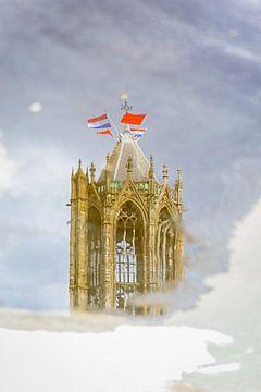 Weerspiegeling van de Utrechtse Domtoren op Koningsdag. van Margreet van Beusichem