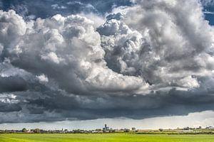 D'énormes nuages au-dessus de la ligne d'horizon de Leeuwarden