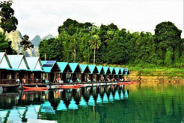 Huisjes aan een tropisch meer van Koen De Bruin