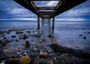 De oude houten steiger in de zee van Marc-Sven Kirsch