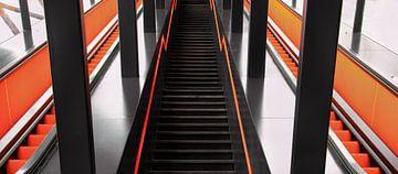 Rolltreppe in Orange und Schwarz von Irma Meijerman