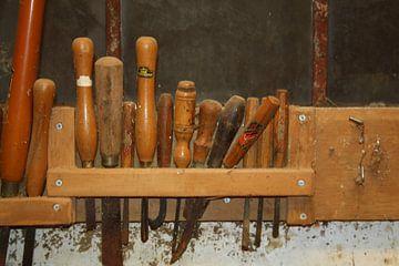Oud gereedschap in de werkplaats van Jetty Boterhoek