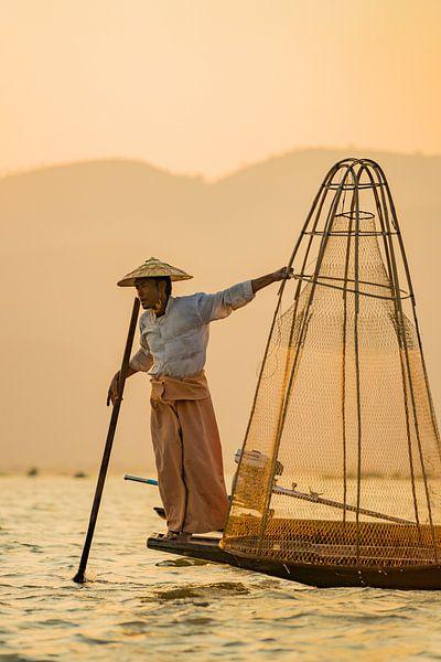 Fishermans tricks - Inle Lake van Vincent Vink
