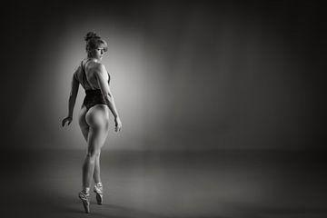 Balletttänzerin in Dessous auf Spitzenschuhen von Retinas Fotografie