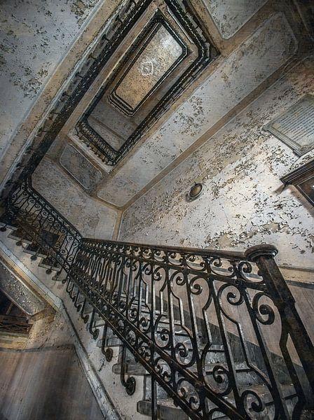 Trappenhal in een verlaten Italiaans ziekenhuis van Olivier Van Cauwelaert