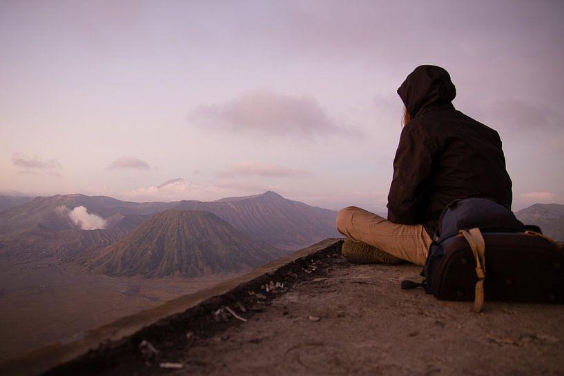 De Backpacker Kijkend naar Mount Bromo - Java, Indonesië van Thijs van den Broek