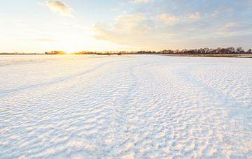 Sonnenuntergang in Winterlandschaft (Die Niederlande) von Marcel Kerdijk