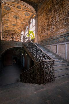 Treppe in einer verlassenen Villa von dafne Op 't Eijnde
