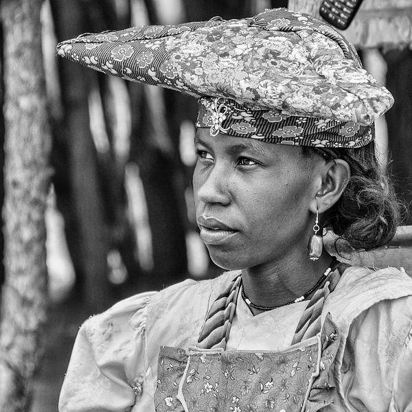 Portret van een Herero vrouw uit Namibië  van Loek van de Loo