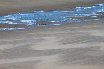 Windvegen in het zand en blauw reflecterend water van Suzan Baars