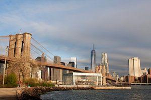 Brooklyn Bridge, en de Lower Manhattan Skyline van