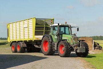 transport van gemaaid gras met tractor en wagen van Tonko Oosterink