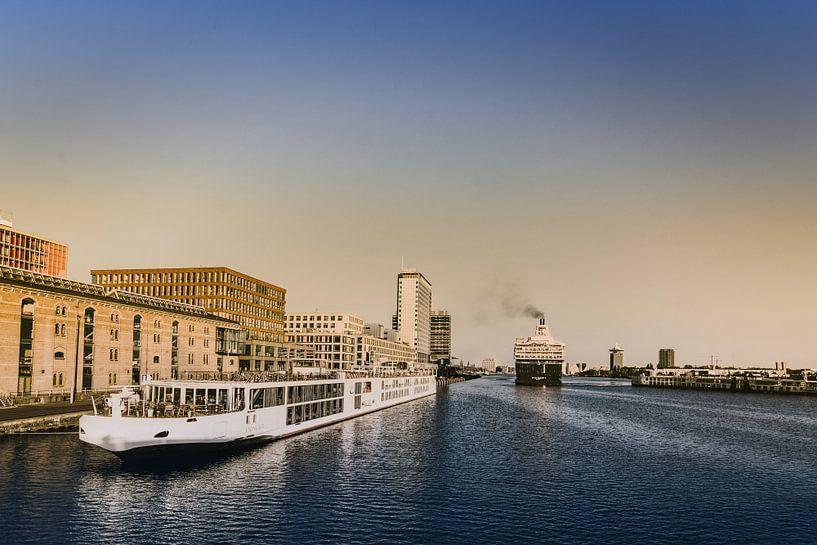 Morgenstimmung im Hafen von Amsterdam von Edith Albuschat