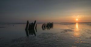 Paaltjes in zee in de schemering van Patrick Verhoef