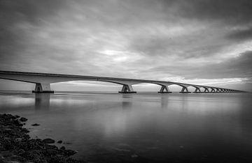 Zeelandbrücke in schwarz und weiss von Kim Claessen
