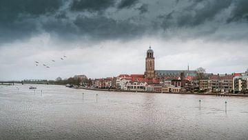 Wolken boven Deventer tijdens hoogwater. van Bart Ros