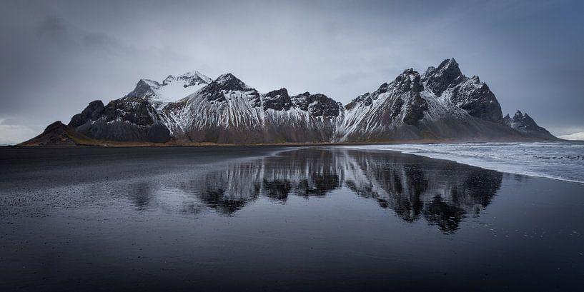 Berg reflectie (IJsland) van Albert Mendelewski