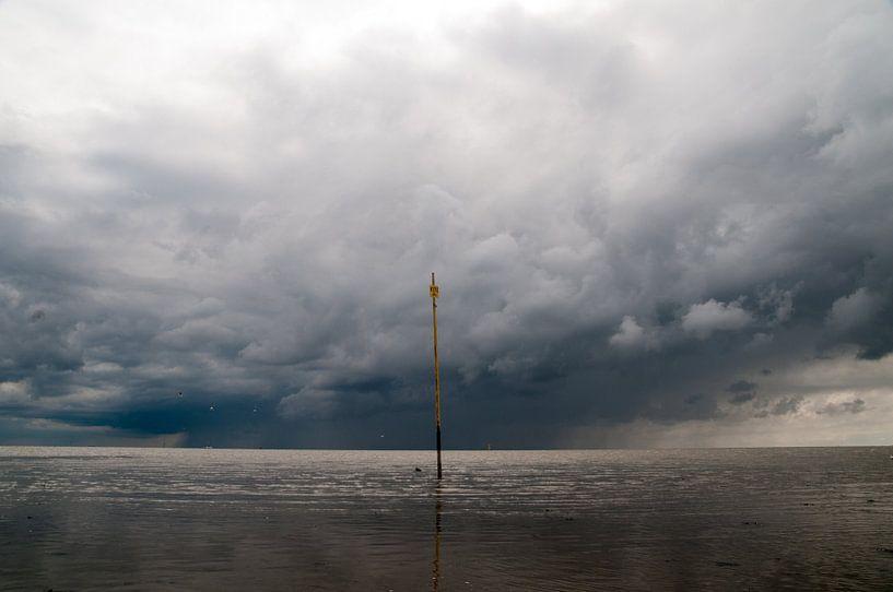 Regenbui boven Amelander wad van Stefan Witte