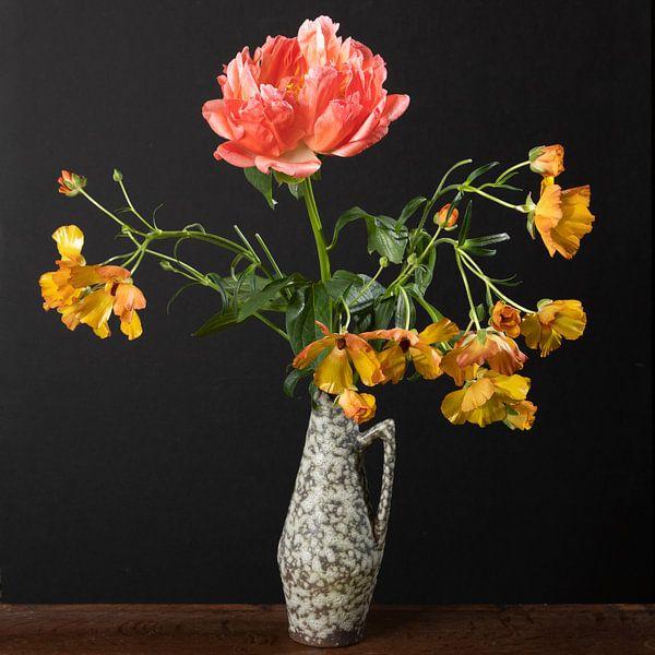 Vintage vaasje met bloemen van Letty Bonsma