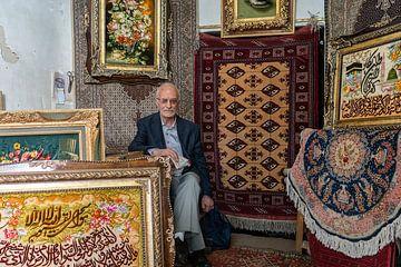 Potrait van de Iraanse man in zijn tapijtwinkel van Jeroen Kleiberg