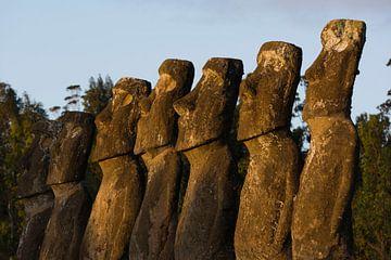 Ahu a Kiv; de zeven Moai's uitkijkend op zee van Bianca Fortuin