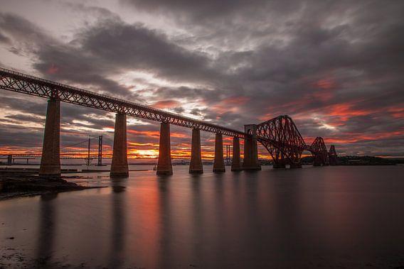 Zonsondergang bij brug bij Edinburgh