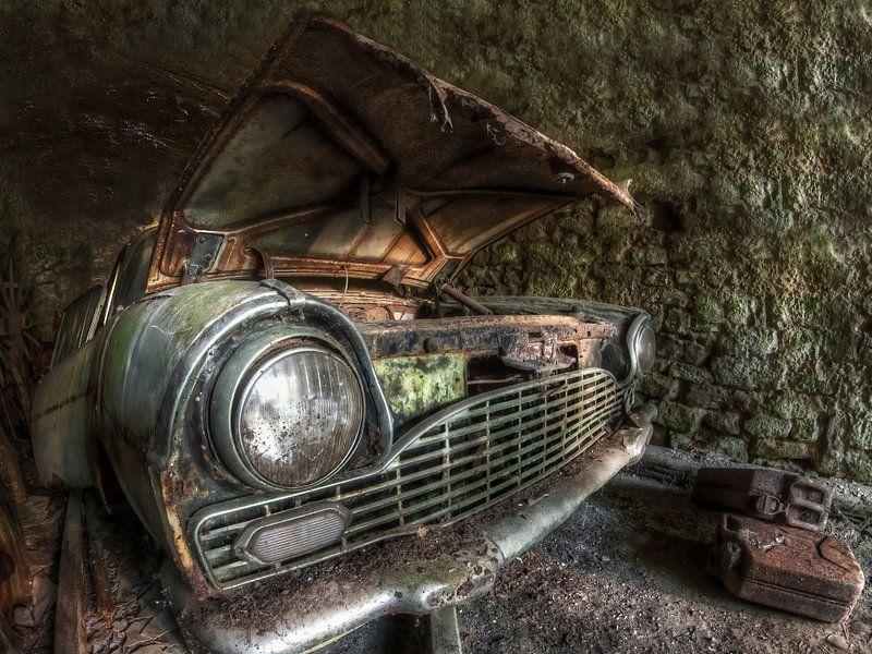 Lost Place - old rusty car van Carina Buchspies