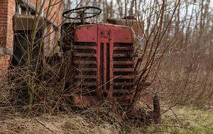 Verlaten tractor gevonden tussen de takjes.