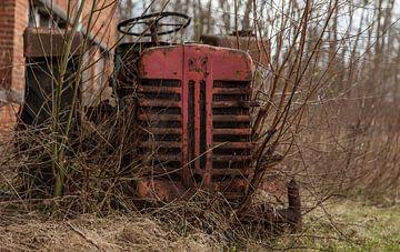 Verlaten tractor gevonden tussen de takjes. van Angelo de Bruin