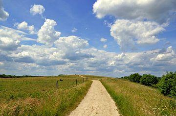 Wolken en blauwe lucht op toeristische route in Zelhem, Achterhoek van Jaimy Buunk