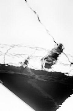 Yacht Reflexion im Wasser. Wassersport in schwarz und weiß. von John Quendag