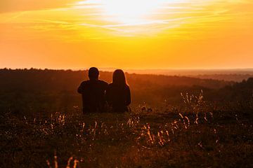Liebespaar schaut in den Sonnenuntergang