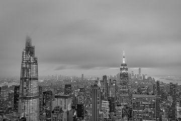New York Skyline von Top of The Rock bei Sonnenuntergang schwarz-weiß Bild. von Mohamed Abdelrazek
