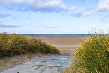 Duinovergang  met blauwe lucht in Zeeland
