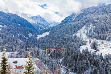 Rhätische Bahn op het Langwieser Viaduct in Graubünden van Werner Dieterich
