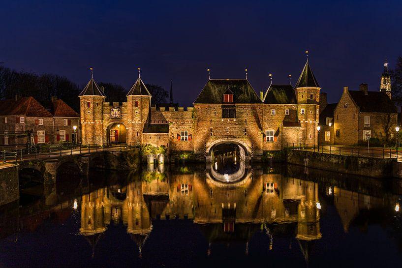 Koppelpoort in Amersfoort (Nederland) tijdens het blauwe uur van Mayra Pama-Luiten