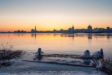 Blick über die Warnow auf Rostock im Winter von Rico Ködder